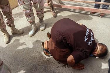 سجده شکر یکی از زندانیان در بدو ورود به کشور