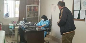 ویزیت بیماران کرونایی البرز توسط پزشکی که خود سرم به دست دارد