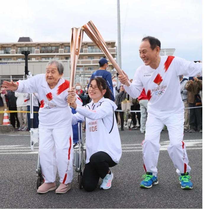 نامه کودکی که باعث شد مادربزرگش حمل کننده مشعل المپیک شود + عکس