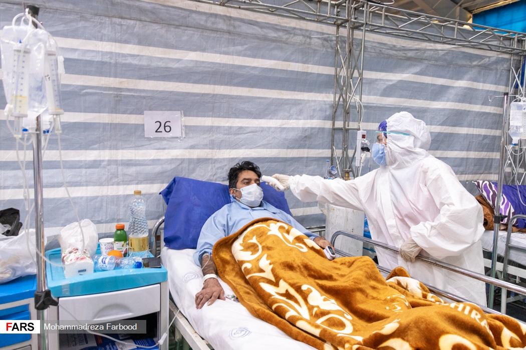 پرستار در حال تب سنجی بیمار مبتلا به کرونا / بیمارستان پشتیبان بیماران کووید ۱۹ شهید دستغیب شیراز