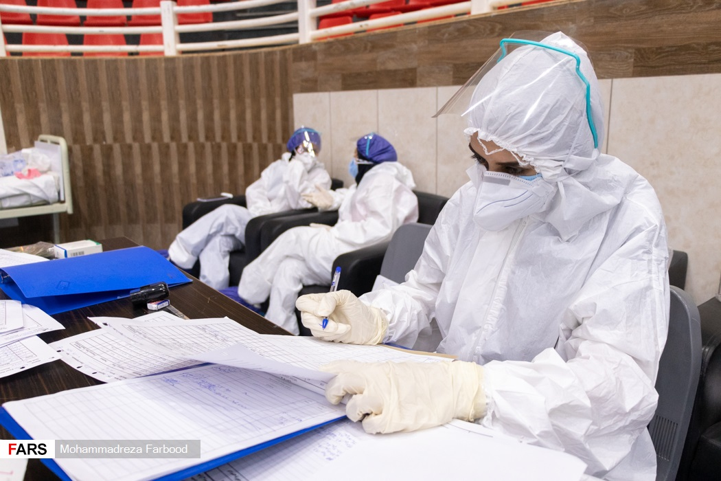 پرستار در حال چارت روند پرونده های بیماران مبتلا به کرونا / بیمارستان پشتیبان بیماران کووید ۱۹ شهید دستغیب شیراز