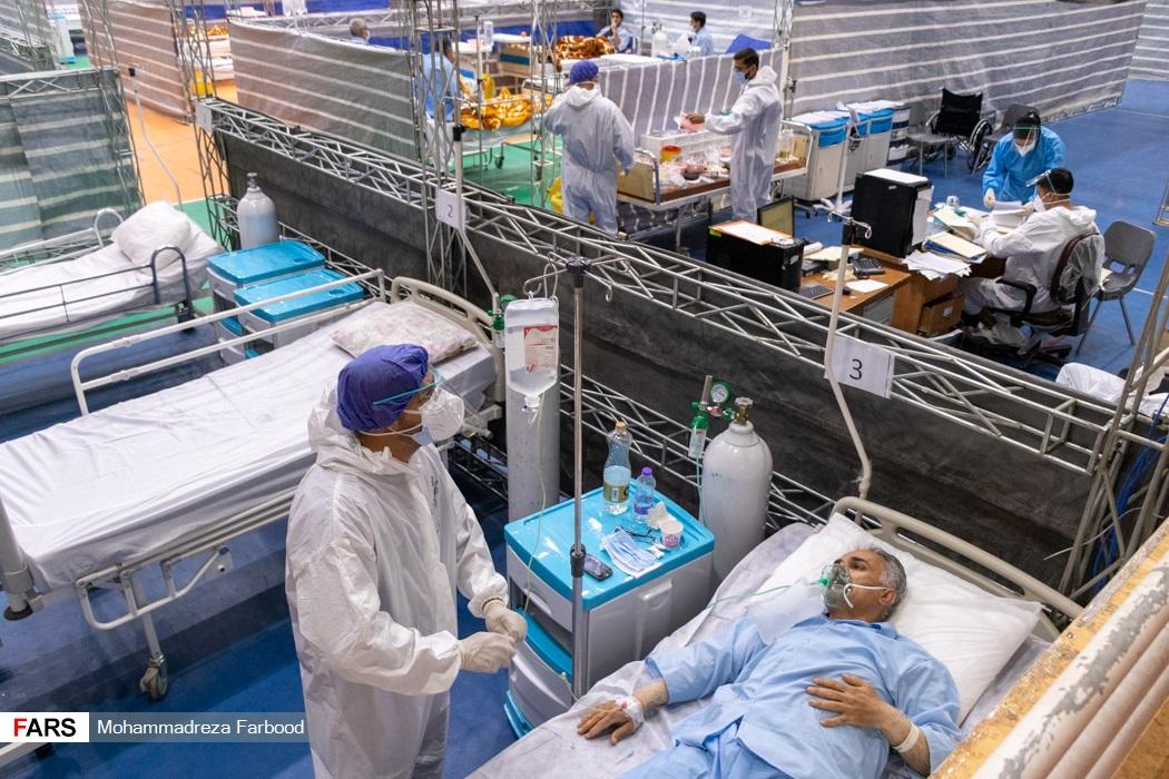 پرستار در حال چک کردن سرم بیمار مبتلا به کرونا / بیمارستان پشتیبان بیماران کووید ۱۹ شهید دستغیب شیراز