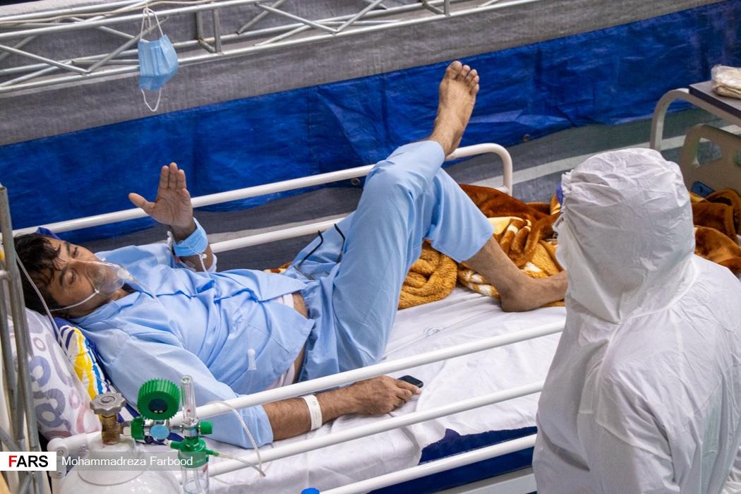 بیمار مبتلا به کرونا در حال صحبت کردن با روانپزشک / بیمارستان پشتیبان بیماران کووید ۱۹ شهید دستغیب شیراز