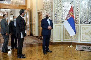 محمدجواد ظریف وزیر امور خارجه و هیات همراه در انتظار ورود وزیر امور خارجه صربستان