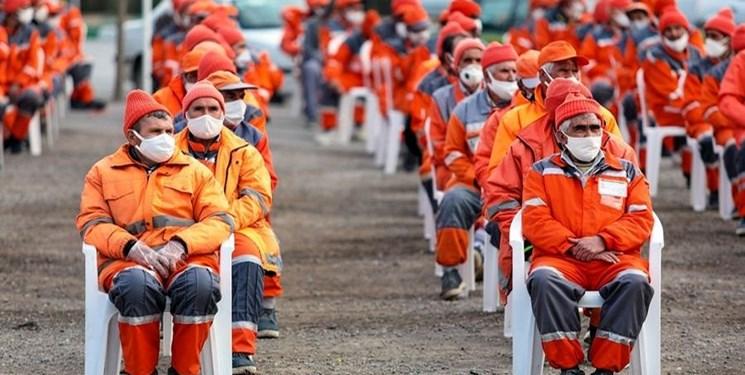 پاکبانها و کارگران شهرداری واکسن میزنند