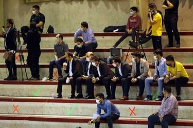 حضور تعداد اندکی از تماشاگران دیدار تیم های فوتسال مس سونگون و گیتی پسند در سالن هندبال مجموعه ورزشی انقلاب تهران