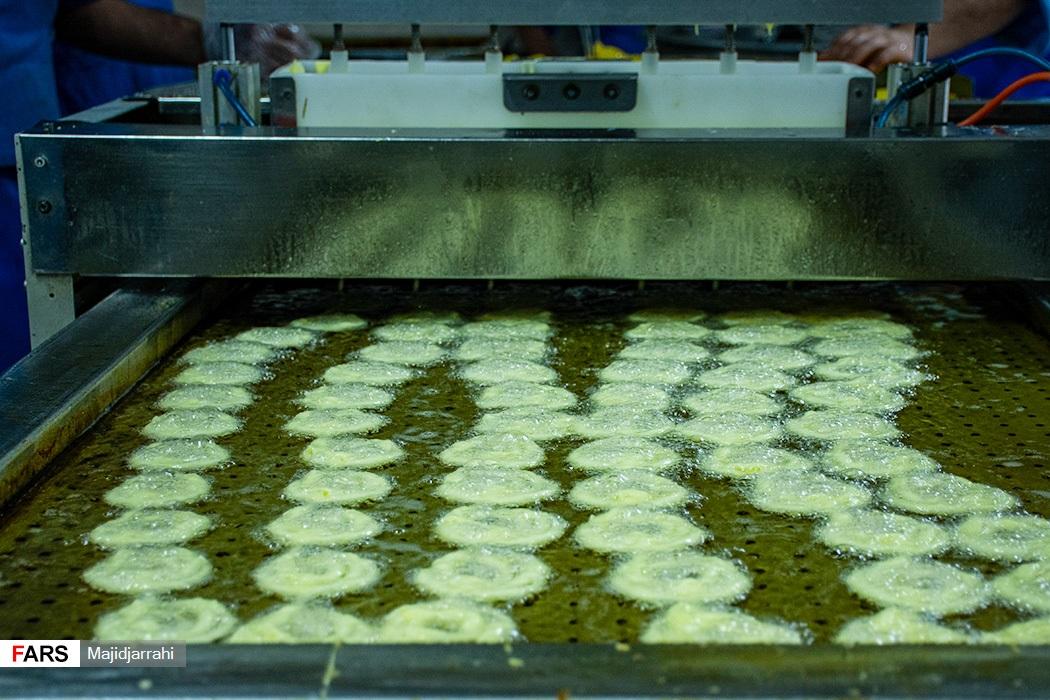 مراحل پخت زولبیا در کار گاه شیرنی پزی