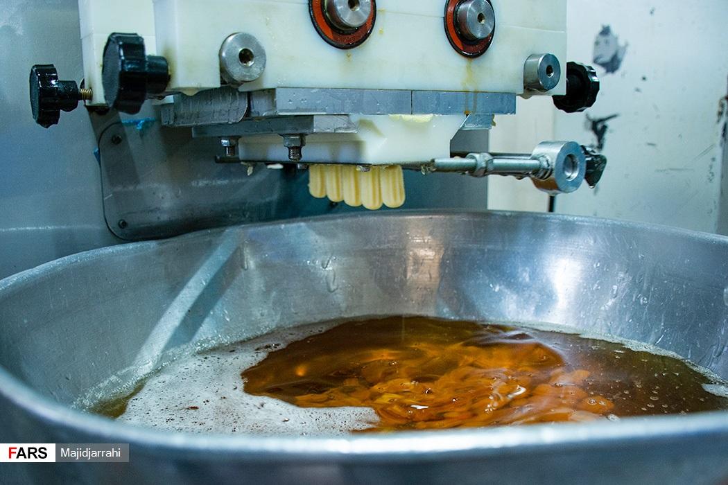 مراحل پخت بامیه به صورت مکانیزه در کار گاه شیرنی پزی