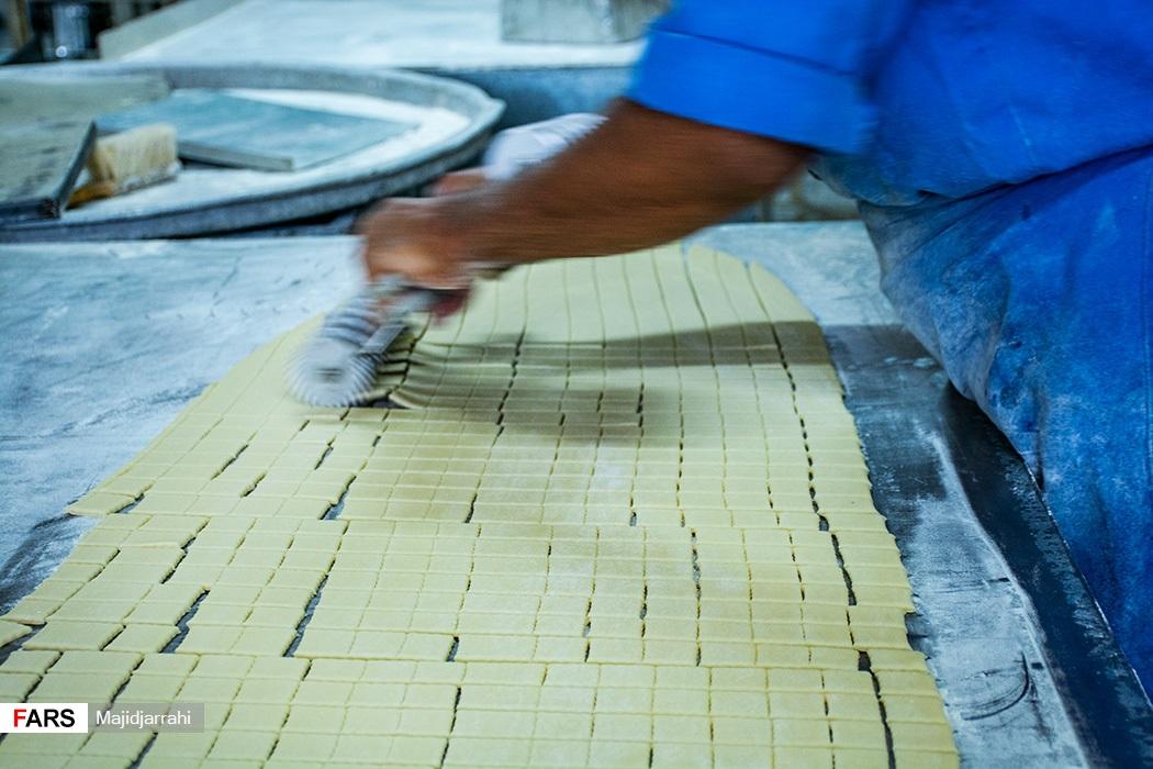 برش خمیر برای پخت گوشه فیل