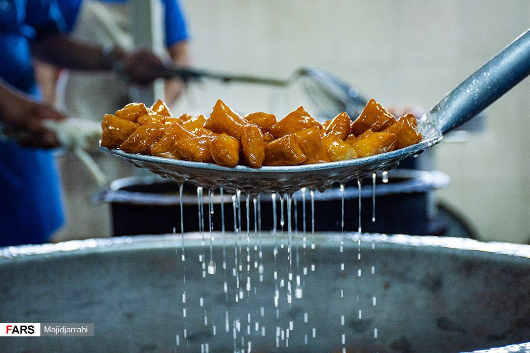 پخت گوشه فیل در کارگاه شیرینی پزی در یزد