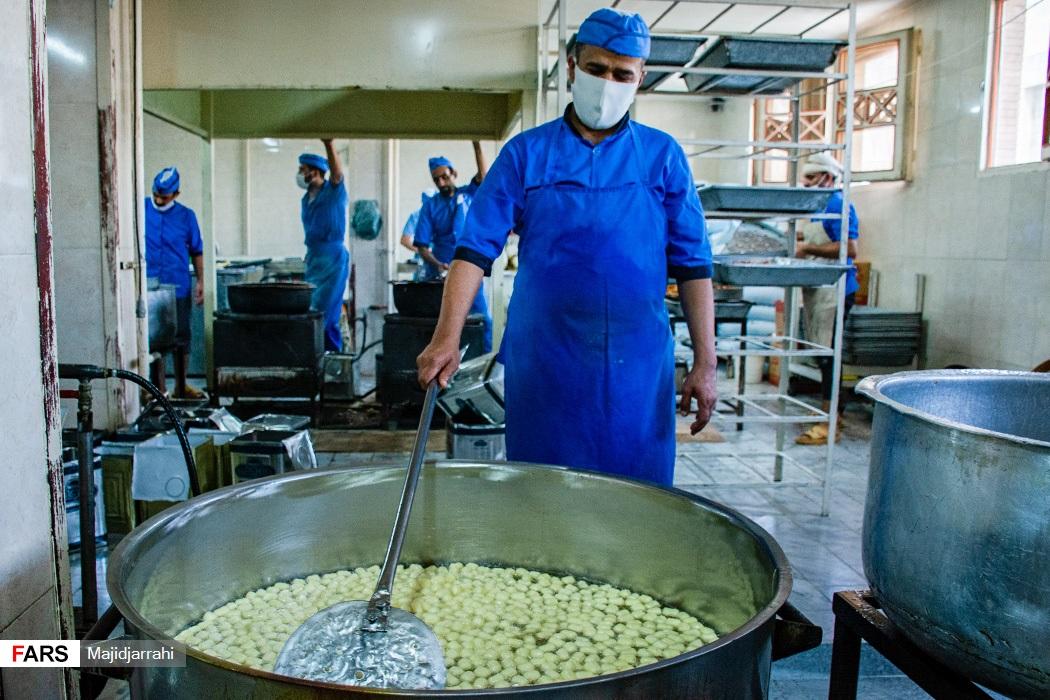 پخت بامیه در کارگاه شیرنی پزی درشهر یزد
