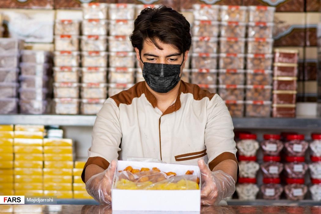 بسته و عرضه زولبیا و بامیه در فروشگاه شیرینی سنتی یزد