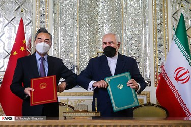 نمایش سند جامع همکاری های ۲۵ ساله امضا شده بین دو کشور ایران و چین توسط «محمد جواد ظریف» وزیر امور خارجه ایران و «وانگ یی» وزیر امور خارجه چین.