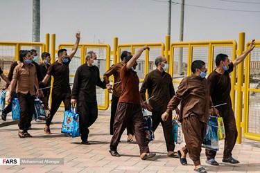 در پنجمین مرحله تبادل محکومان ایرانی از عراق ، ۴۰ شهروند ایرانی زندانی در زندان های عراق با تلاش سفارت جمهوری اسلامی ایران در بغداد و مطابق با تفاهم نامه قضایی امضا شده بین دو کشور، آزاد شده و از مرز شلمچه وارد کشور میشوند.