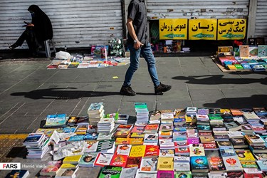 همزمان با قرمز شدن وضعیت شهر تهران در موج چهارم کرونا و اعمال محدودیت ها توسط ستاد ملی مبارزه با کرونا مبنی بر تعطیلی اصناف غیرضروری از جمله کتاب فروشی ها، بازار دستفروشان کتاب در پیادهروهای خیابان انقلاب رونق گرفته است.
