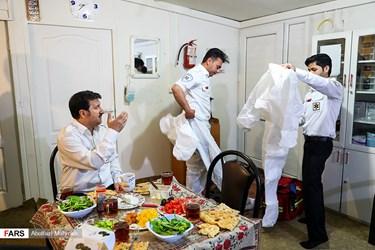 اعزام امدادگران اورژانس تهران به ماموریت در هنگام افطار در اولین شب ماه رمضان