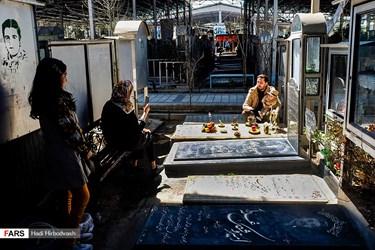 چيدن قرآن و سفره هفت سين بر مزار شهدا توسط خانوادهشان در آئين تحويل سال 1400 در گلزار شهدای بهشت زهرا(س) تهران