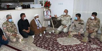 دیدار جانشین فرماندهی مرزبانی ناجا با خانواده شهید «سروی»/ آرامش کشور را مدیون شهدا هستیم