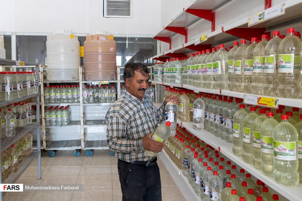 خرید گلاب و عرقیات توسط مشتری از فروشگاه عرقیاتی در میمند فارس