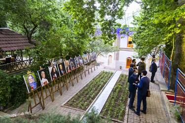 تصاویر جمعی از خیرین مدرسهساز در عمارت تازه بازسازی شده منظریه مجموعه اردوگاهی شهید باهنر