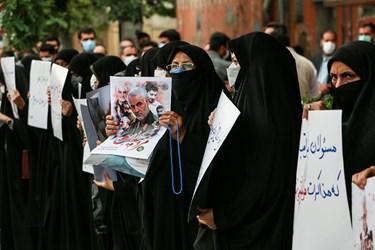 تجمع خودجوش  مردمی در حمایت از سردار سلیمانی در مقابل نمایندگی وزارت امور خارجه در خیابان ابن سینا مشهد برگزار شد.