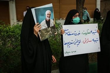 تجمع خودجوش مردمی مقابل نمایندگی وزارت امور خارجه در مشهد