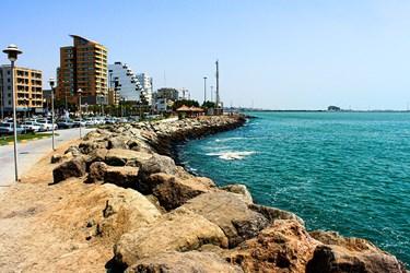 نمای  سنگی  ساحل   خلیج  فارس  در   شهر   بندرعباس