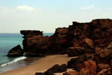 ساحل  سخره ایی جزیره  ابوموسی  در   خلیج  فارس
