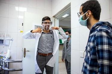 آماده شدن حسین باختر محقق و دانشجوی پزشکی در آزمایشگاه  دانشگاه علوم پزشکی بقیه الله(عج)
