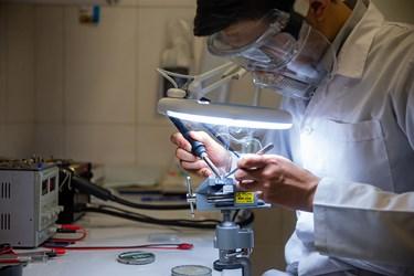 مونتاژ و لحیم کاری مدار منطقی و بُرد آی سی پردازنده دستگاه IDS توسط حسین باختر محقق و مدیر پروژه
