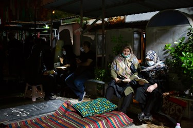 دعا و مناجات خوانی مردم زیر سقف های مزار شهدا در پی بارش باران