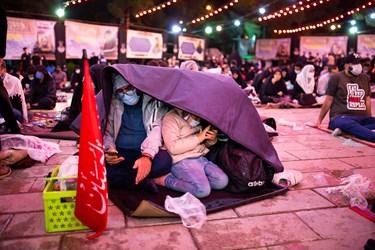 با وجود بارش باران عده ای به دعا و مناجات خوانی ادامه دادند