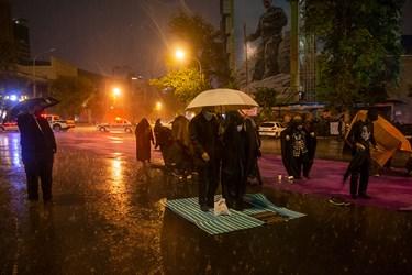 مراسم احیای شب نوزدهم در میدان فلسطین همراه با بارش رحمت الهی