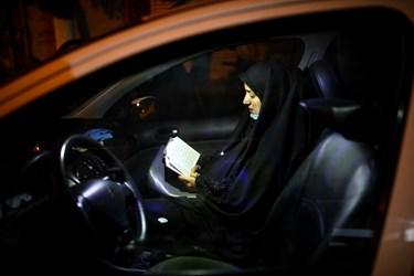 برخی از شرکتکنندگان به دلیل شیوع ویروس کرونا در خودروهای خود  شب بیست و یکم ماه مبارک رمضان را احیا گرفتند