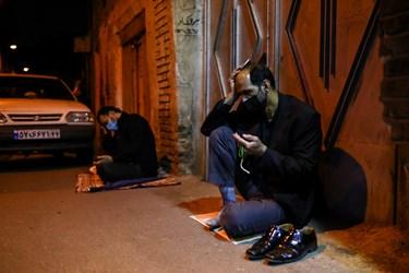 برخی از شرکتکنندگان به دلیل رعایت فاصله گذاری اجتماعی برای احیای شب بیست و یکم ماه مبارک رمضان به کوچههای اطراف حسینیه همدانیها رفتند