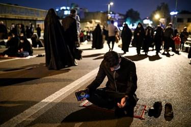 برخی از افراد  پس از پایان مراسم احیای  شب بیست و یکم ماه مبارک رمضان مشغول به راز و نیاز کردن با خدا، در این شب شدند