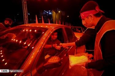 مراسم احیای شب بیستویکم ماه رمضان در تپه مصلی همدان / ضد عفونی دست شرکت کنندگان در بدو ورود به مراسم