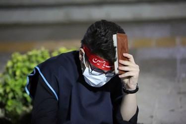 حضور نوجوانان با لباسهای مخصوص در مراسم احیای شب 21 ماه رمضان در چهارباغ عباسی