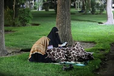 برخی از شرکتکنندگان به دلیل رعایت فاصله گذاری اجتماعی برای احیای شب بیست و یکم ماه مبارک رمضان بر روی چمنهای پارکهای اطراف چهارباغ رفته بودند