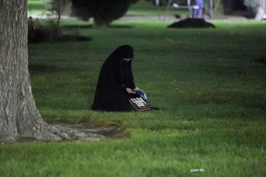 برخی از شرکتکنندگان به دلیل رعایت فاصله گذاری اجتماعی برای احیای شب بیست و یکم ماه مبارک رمضان بر روی چمنهای پارکهای اطراف چهارباغ رفته بودند.