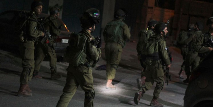 نظامیان صهیونیست به دنبال فرد تیرانداز؛ دهها فلسطینی بازداشت شدند