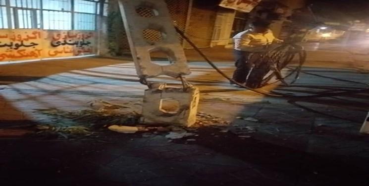 خسارت طوفان به شبکه برق شهرستان جیرفت/خاموشی برق در مناطق آسیبدیده رفع شد