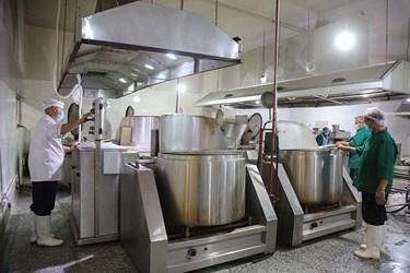 خادمان حرم حضرت معصومه(س) در حال طبخ افطاری برای نیازمندان