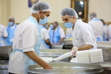 خادمان حرم حضرت معصومه(س) در حال بسته بندی افطاری نیازمندان