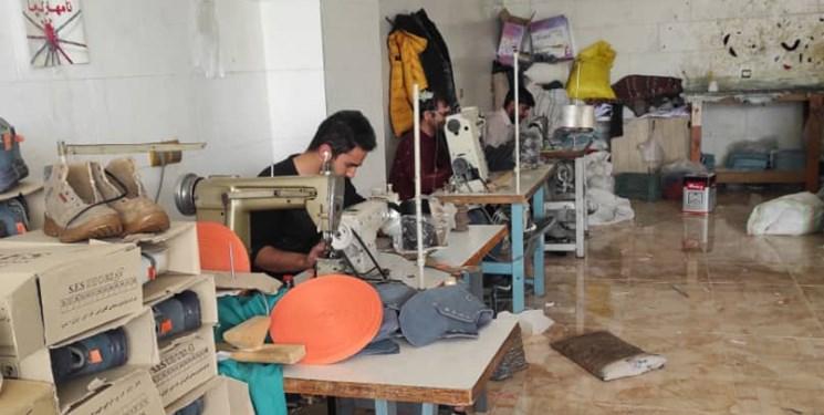 «کار آفرینی» کارگر با ۱۰۰ هزار تومان / اشتغالزایی برای ۵۰ نفر  با تولید کفش ورزشی درمحروم ترین شهر آذربایجان