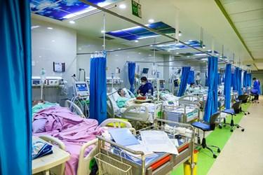 بخش آی سیو بیمارستان بقیه الله تهران در شب قدر. تعدادی از پرستاران شیف، مشغول  رسیدگی به بیماران هستند. با  موج چهارم کرونا ظرفیت بخش آی سی یو  تکمیل شده است.