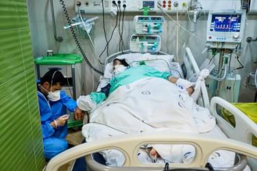 کادر درمان به نوبت دقایقی را برای صرف افطار و به جاآوردن نماز اول وقت به بیرون از بخش می روند. در غیاب تعدادی از آن ها، همکاران باقیمانده در بخش به بیماران رسیدگی می کنند.