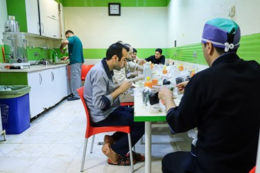 افطار تعدادی از کادر درمان بخش آی سی یو بیمارستان بقیهالله.  آنها دقایقی پیش از اذان مغرب لباس های کار و آلوده خود را تعویض کردند.