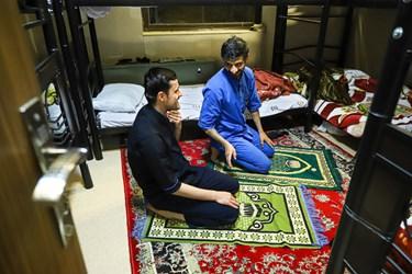 اقامه نماز دقایقی بعد از افطار در اتاق استراحت ویژه کادر درمان