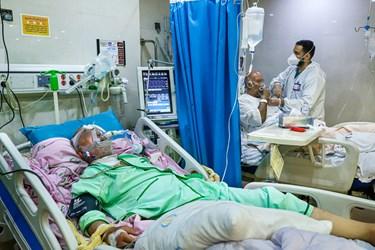 بخش آی سیو بیمارستان بقیه الله تهران در شب قدر. تعدای از پرستاران شیف، مشغول  رسیدگی به بیماران هستند. با  موج چهارم کرونا ظرفیت بخش آی سی یو  تکمیل شده و اکنون تخت خالی ندارد.